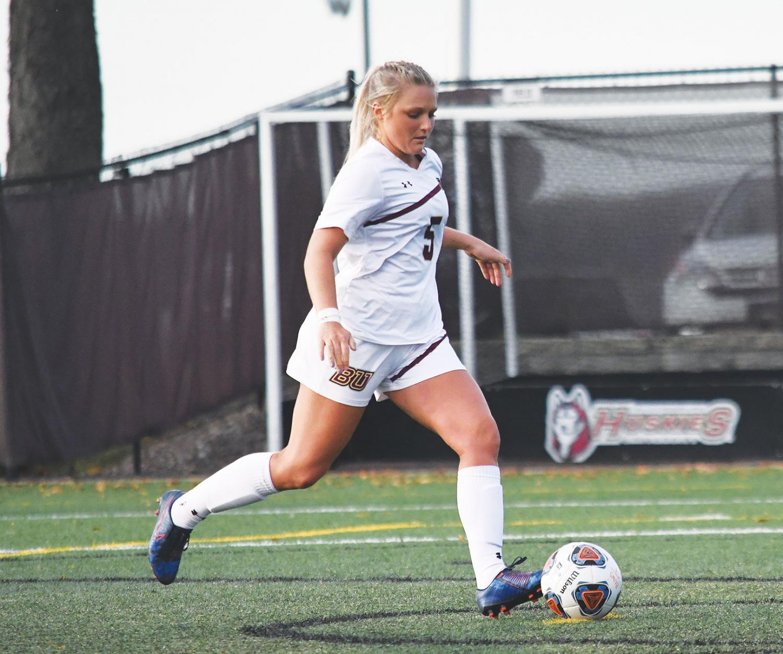 Junior midfielder Lauren Hoelke.